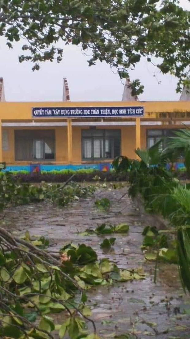 Ảnh: Trường học tan hoang, tốc mái, cây cối đổ la liệt chặn ngang lối đi khi bão số 9 ập đến - Ảnh 5.