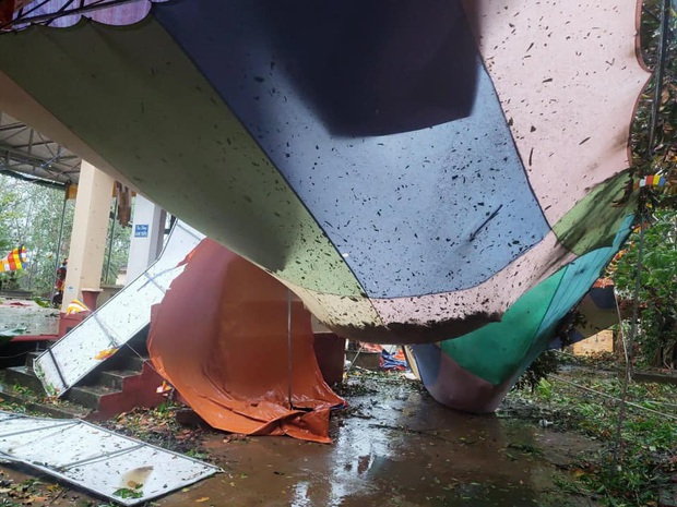 Ảnh: Trường học tan hoang, tốc mái, cây cối đổ la liệt chặn ngang lối đi khi bão số 9 ập đến - Ảnh 6.