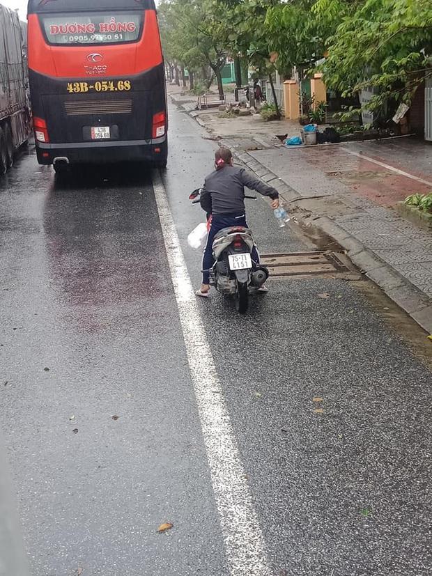 Người dân Huế gõ cửa từng xe xếp hàng trú bão để tặng cơm miễn phí, bất chấp mưa gió khiến ai cũng xúc động - Ảnh 2.