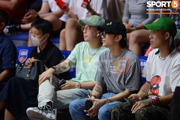 Soobin Hoàng Sơn đến VBA Arena theo dõi trận chung kết sớm - Ảnh 1.