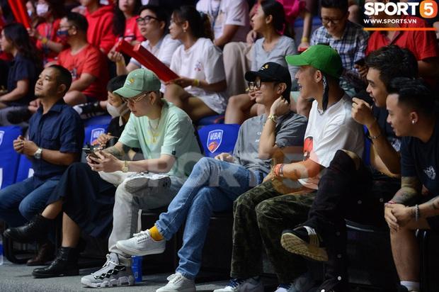 Soobin Hoàng Sơn đến VBA Arena theo dõi trận chung kết sớm - Ảnh 2.
