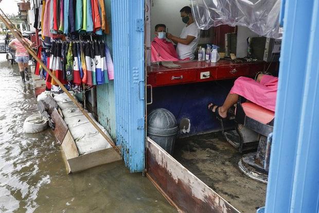 Hàng chục nghìn người phải sơ tán do bão Molave, Philippines ra cảnh báo bão cao nhất - Ảnh 2.