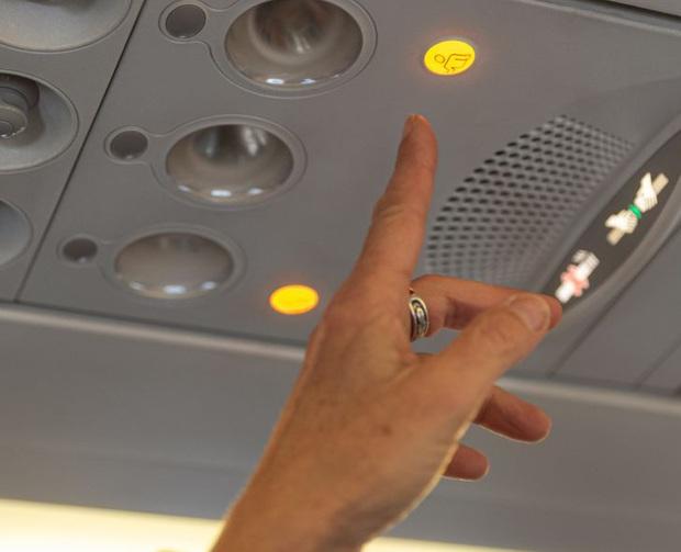 Những phép lịch sự tối thiểu khi đi máy bay mà nhiều người trong chúng ta đã không hay biết, theo chia sẻ của các tiếp viên hàng không - Ảnh 2.