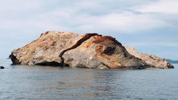 Bão lớn đánh vỡ đôi đảo đá vôi nổi tiếng Thái Lan - Ảnh 1.
