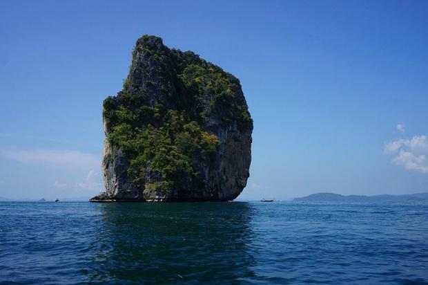 Bão lớn đánh vỡ đôi đảo đá vôi nổi tiếng Thái Lan - Ảnh 2.
