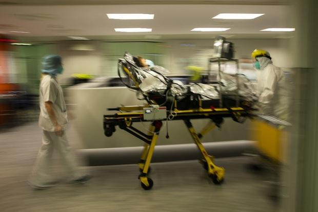 Thiếu nhân lực nghiêm trọng, nhân viên y tế mắc COVID-19 tại Bỉ vẫn phải làm việc - Ảnh 2.