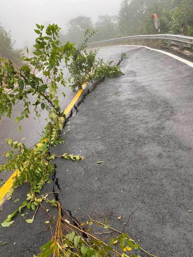 Nhiều nơi ở Kon Tum chìm trong biển nước, quốc lộ bị nứt toác, sạt lở khiến giao thông tê liệt - Ảnh 6.