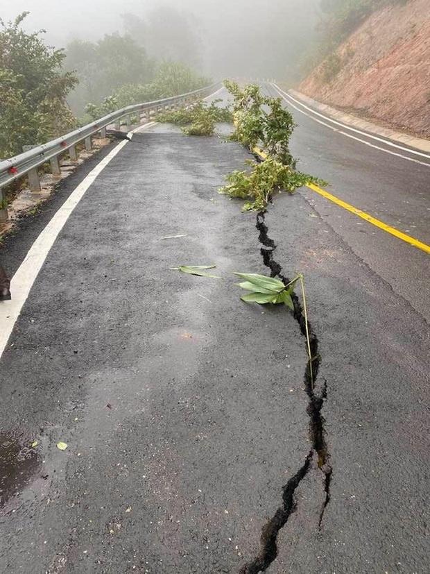 Nhiều nơi ở Kon Tum chìm trong biển nước, quốc lộ bị nứt toác, sạt lở khiến giao thông tê liệt - Ảnh 5.
