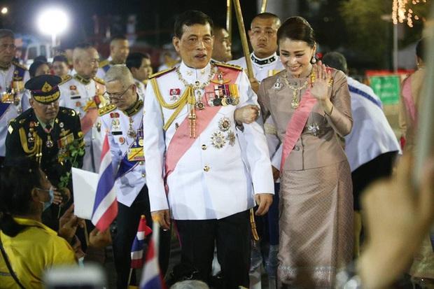 Hoàng quý phi Thái Lan gây sốt với vẻ đẹp hoàn mỹ nhưng Hoàng hậu Suthida vẫn chiếm spotlight bằng loạt ưu điểm - Ảnh 5.