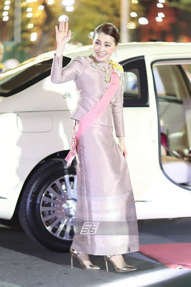 Hoàng quý phi Thái Lan gây sốt với vẻ đẹp hoàn mỹ nhưng Hoàng hậu Suthida vẫn chiếm spotlight bằng loạt ưu điểm - Ảnh 6.