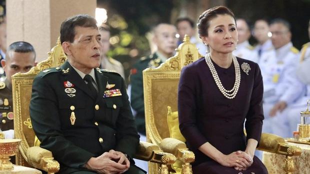 Hoàng quý phi Thái Lan gây sốt với vẻ đẹp hoàn mỹ nhưng Hoàng hậu Suthida vẫn chiếm spotlight bằng loạt ưu điểm - Ảnh 7.