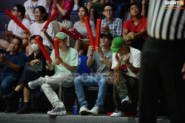 Soobin Hoàng Sơn đến VBA Arena theo dõi trận chung kết sớm - Ảnh 7.