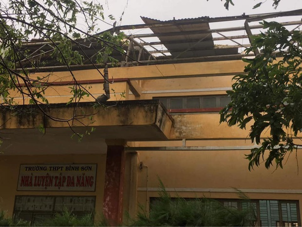 Ảnh: Trường học tan hoang, tốc mái, cây cối đổ la liệt chặn ngang lối đi khi bão số 9 ập đến - Ảnh 1.