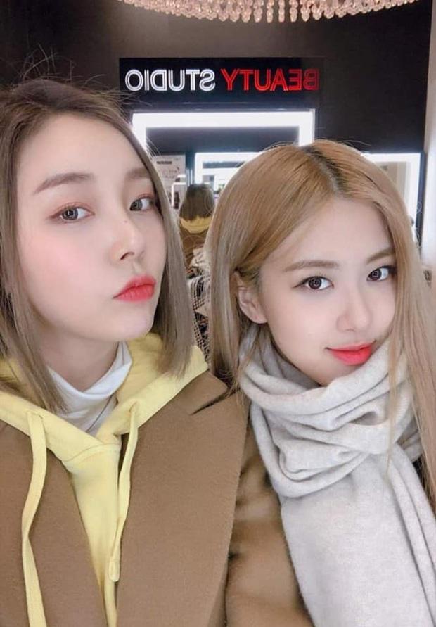 """Rosé (BLACKPINK) gây bão khi hẹn hò check-in quán ăn Việt, nhan sắc ngoài đời khiến fan """"câm nín"""" - Ảnh 3."""