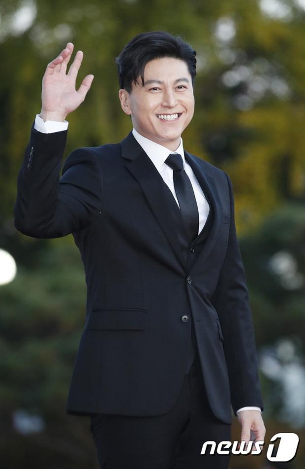 Quân đoàn sao đổ bộ thảm đỏ khủng: Hyun Bin ngời ngời sau tin kết hôn, Junsu - SEVENTEEN cứu 2 màn dìm visual gây choáng - Ảnh 17.