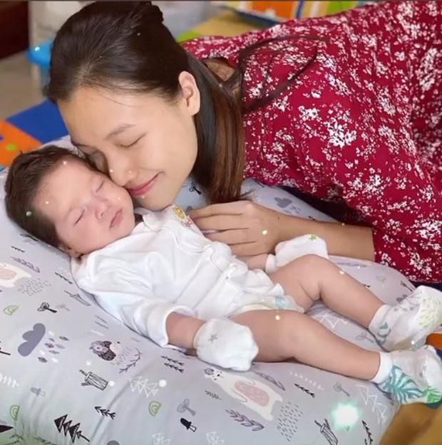 Nhóc tỳ nhà MC Hoàng Oanh gây sốt với sống mũi cực phẩm, 3 tháng tuổi đã được hội bố mẹ đặt gạch làm con rể tương lai - Ảnh 4.
