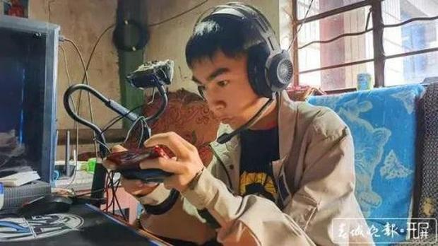 Bị liệt cả 2 chân, chàng trai 18 tuổi chọn nghề streamer tự kiếm tiền nuôi thân, gánh luôn cả gia đình - Ảnh 4.