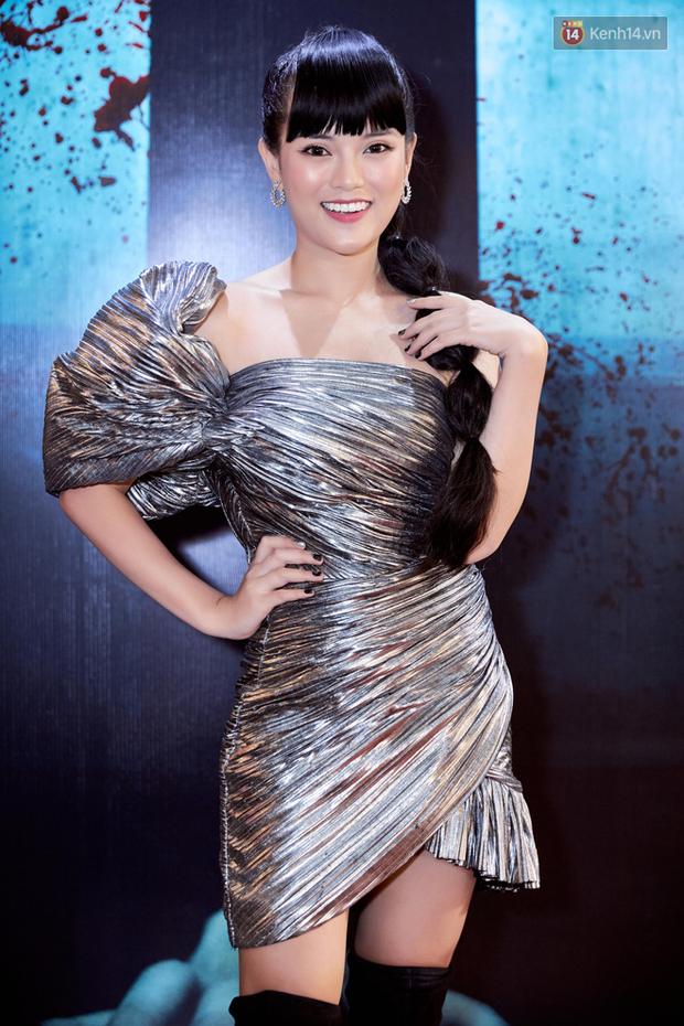 Yu Dương diện mốt ma mị khoe vòng một hững hờ, chặt đẹp Han Sara và dàn mỹ nhân ở thảm đỏ phim kinh dị Thang Máy - Ảnh 6.