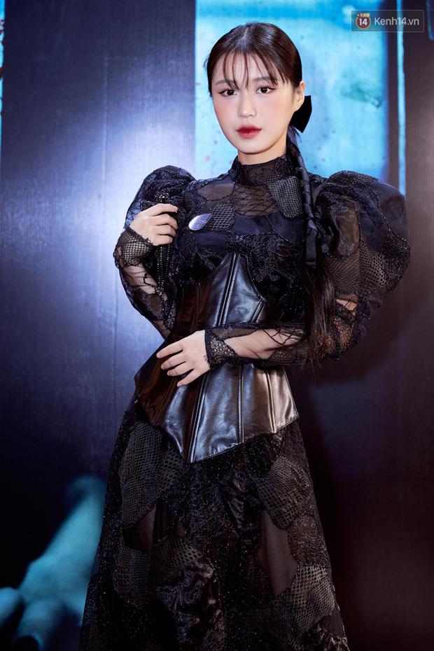 Yu Dương diện mốt ma mị khoe vòng một hững hờ, chặt đẹp Han Sara và dàn mỹ nhân ở thảm đỏ phim kinh dị Thang Máy - Ảnh 4.