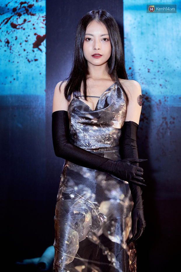 Yu Dương diện mốt ma mị khoe vòng một hững hờ, chặt đẹp Han Sara và dàn mỹ nhân ở thảm đỏ phim kinh dị Thang Máy - Ảnh 2.