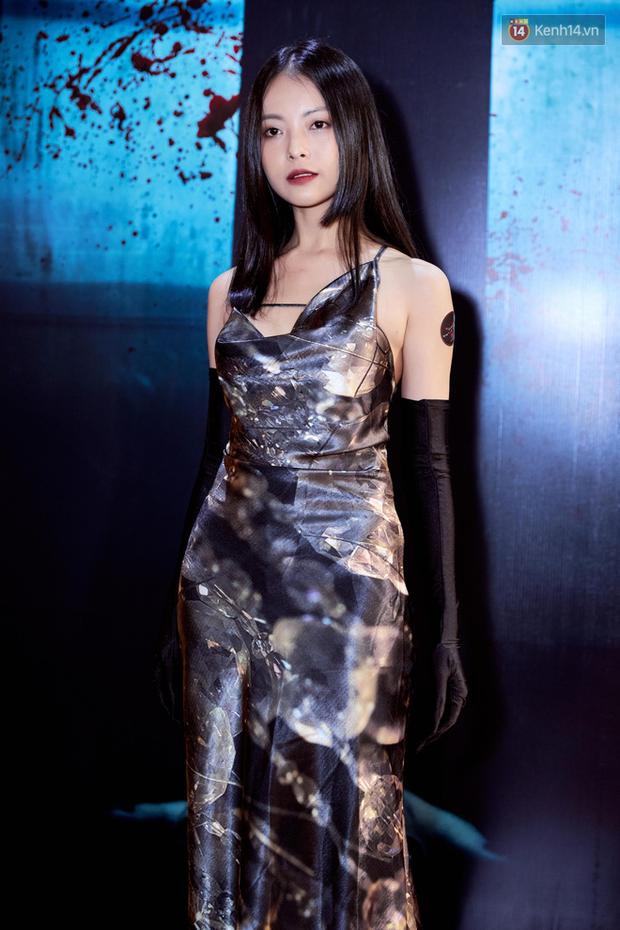 Yu Dương diện mốt ma mị khoe vòng một hững hờ, chặt đẹp Han Sara và dàn mỹ nhân ở thảm đỏ phim kinh dị Thang Máy - Ảnh 3.
