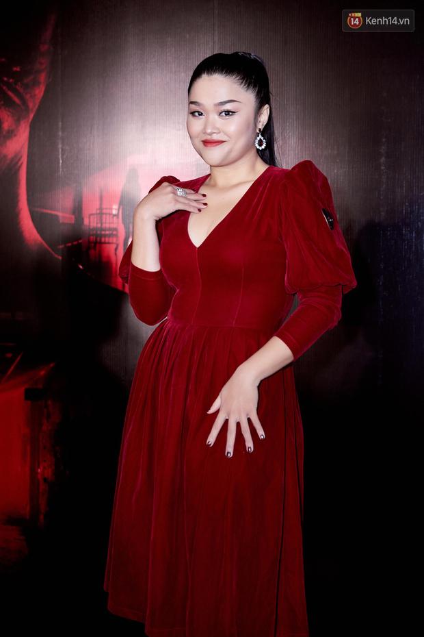 Yu Dương diện mốt ma mị khoe vòng một hững hờ, chặt đẹp Han Sara và dàn mỹ nhân ở thảm đỏ phim kinh dị Thang Máy - Ảnh 7.