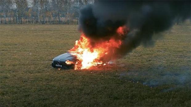 YouTuber người Nga tẩm xăng đốt xe Mercedes thu hút hơn chục triệu lượt xem, lý do khiến ai nghe cũng phải bối rối - Ảnh 1.