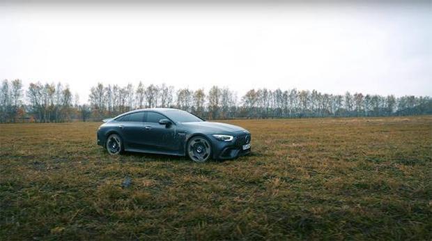 YouTuber người Nga tẩm xăng đốt xe Mercedes thu hút hơn chục triệu lượt xem, lý do khiến ai nghe cũng phải bối rối - Ảnh 2.