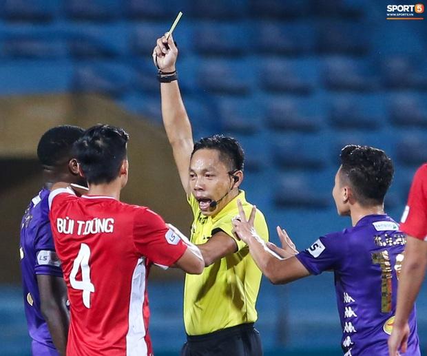 Quang Hải đòi trọng tài rút thẻ đỏ cho Bùi Tiến Dũng ngay trước mặt đàn anh và cái kết - Ảnh 2.