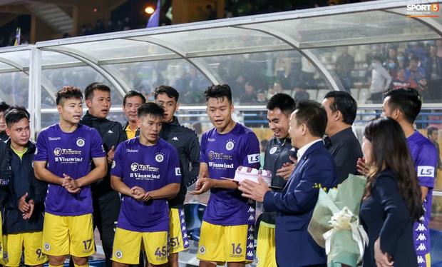 Quang Hải mặt đỏ gay sau trận hoà tiếc nuối, cầu thủ Hà Nội FC tổ chức sinh nhật cho người đặc biệt - Ảnh 7.