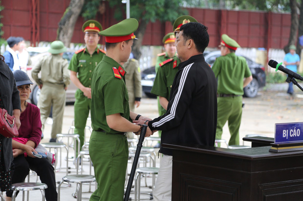 """Tuyên án 18 tháng tù đối với giám đốc rút súng dọa """"bắn vỡ sọ"""" người đi đường ở Bắc Ninh - Ảnh 5."""