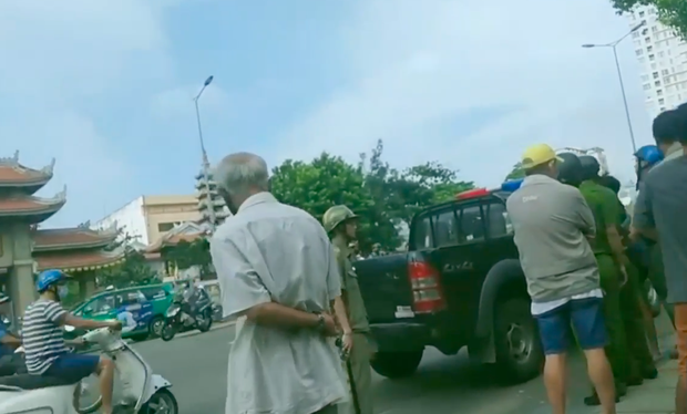 Người đàn ông bị tâm thần cầm dao chặt chém nhiều xe ô tô ở Sài Gòn - Ảnh 3.