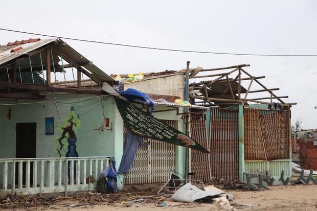 Hơn 84.000 ngôi nhà bị đổ sập, tốc mái khi bão số 9 đi qua tỉnh Quảng Ngãi - Ảnh 2.