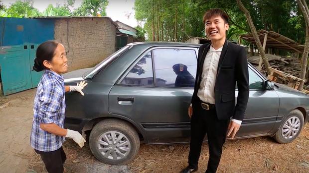 """Sau loạt lùm xùm phải nộp phạt, Hưng Vlog khoe mua xe 4 tỷ, tuyên bố với bà Tân: """"Con đầy tiền""""? - Ảnh 4."""