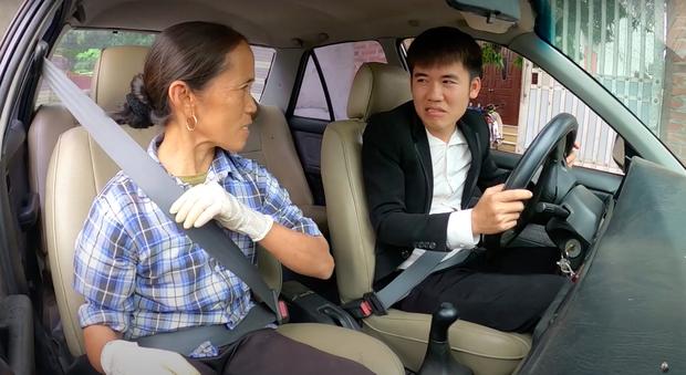 """Sau loạt lùm xùm phải nộp phạt, Hưng Vlog khoe mua xe 4 tỷ, tuyên bố với bà Tân: """"Con đầy tiền""""? - Ảnh 5."""