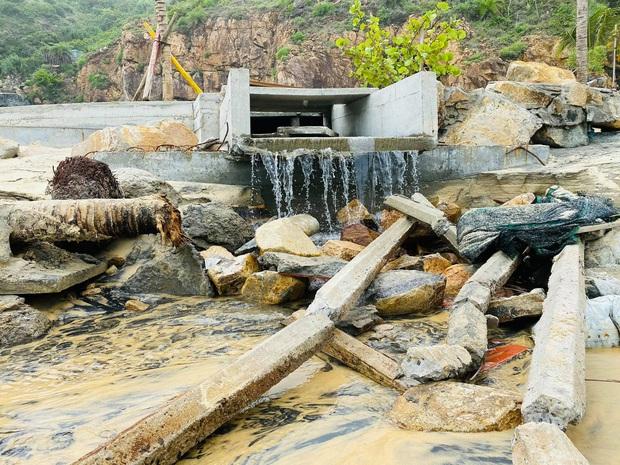Bãi biển Quy Nhơn 1 ngày sau bão số 9: Khung cảnh tan hoang, các công trình du lịch bị phá huỷ gần như toàn bộ - Ảnh 3.