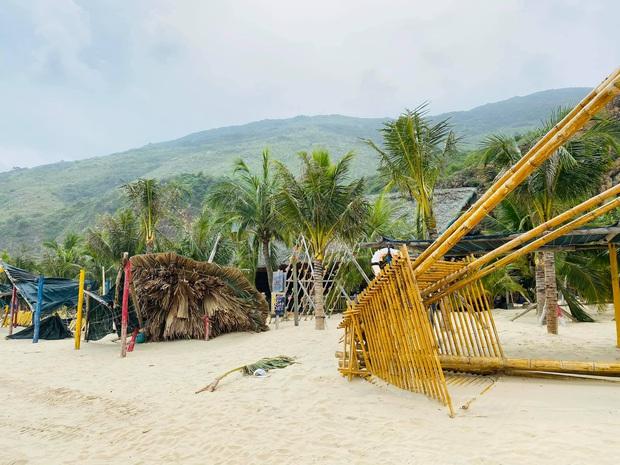 Bãi biển Quy Nhơn 1 ngày sau bão số 9: Khung cảnh tan hoang, các công trình du lịch bị phá huỷ gần như toàn bộ - Ảnh 2.