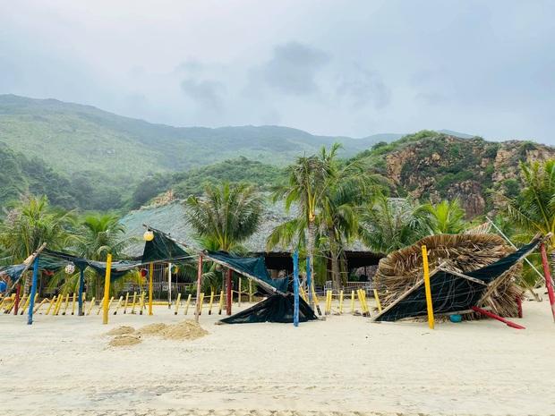 Bãi biển Quy Nhơn 1 ngày sau bão số 9: Khung cảnh tan hoang, các công trình du lịch bị phá huỷ gần như toàn bộ - Ảnh 1.