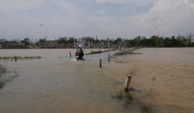Báo quốc tế nói về bão số 9 Molave tại Việt Nam: Cơn bão mạnh nhất thập kỷ đánh vào một quốc gia kiên cường - Ảnh 1.