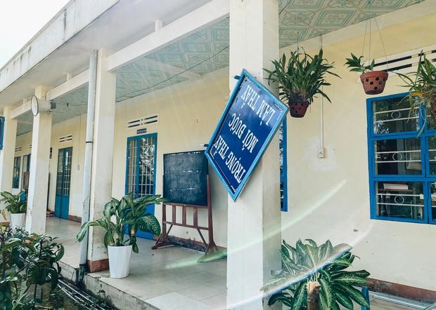 Trường học ở Bình Định tan hoang sau bão số 9, giáo viên vất vả dọn dẹp để chuẩn bị đón học sinh trở lại - Ảnh 4.