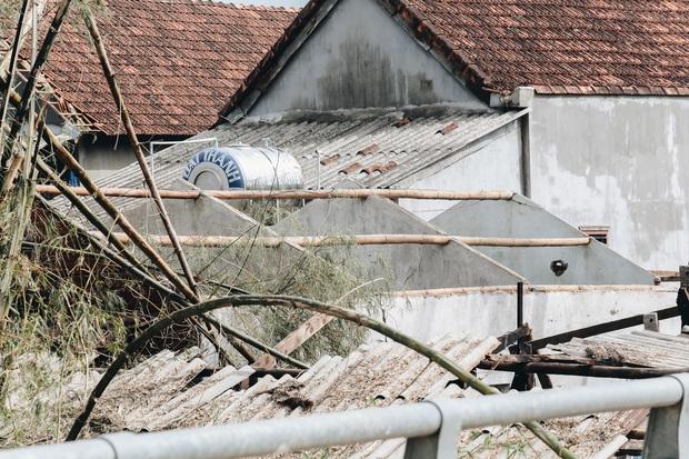 Người Bình Định lo lắng khi khắc phục hậu quả sau bão số 9: Nhà tốc mái hết rồi, chắc đợi qua cơn bão tiếp theo rồi tính - Ảnh 1.