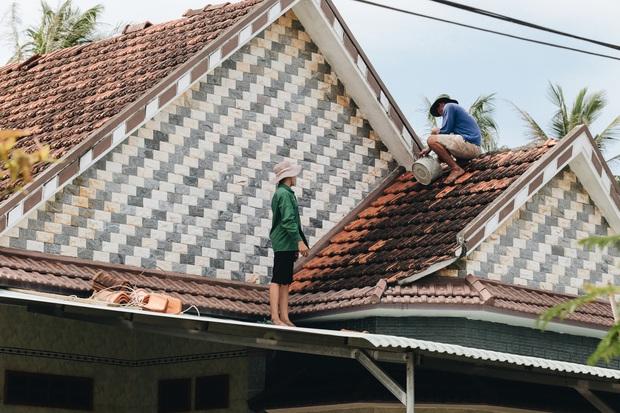 Người Bình Định lo lắng khi khắc phục hậu quả sau bão số 9: Nhà tốc mái hết rồi, chắc đợi qua cơn bão tiếp theo rồi tính - Ảnh 13.