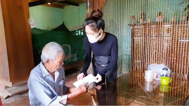 Vợ chồng Lý Hải - Minh Hà đồng hành đến cứu trợ miền Trung, chia sẻ từng muốn cãi nhau vì chuyện tặng tiền cho bà con - Ảnh 8.