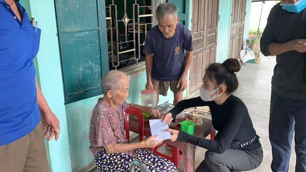 Vợ chồng Lý Hải - Minh Hà đồng hành đến cứu trợ miền Trung, chia sẻ từng muốn cãi nhau vì chuyện tặng tiền cho bà con - Ảnh 7.