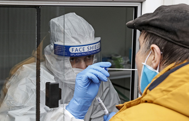 Tăng đột biến số ca mắc COVID-19 mới, Đức áp đặt lệnh giãn cách xã hội nghiêm ngặt từ tháng 11 - Ảnh 1.