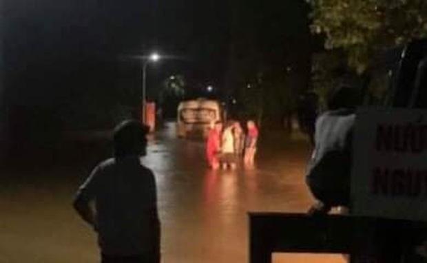 Liều lĩnh chạy vào đường ngập, xe buýt Hà Tĩnh bị nước lũ cuốn trôi - Ảnh 1.