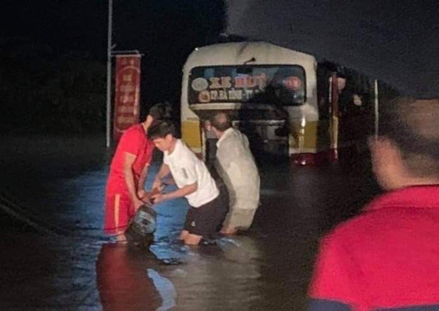 Liều lĩnh chạy vào đường ngập, xe buýt Hà Tĩnh bị nước lũ cuốn trôi - Ảnh 2.