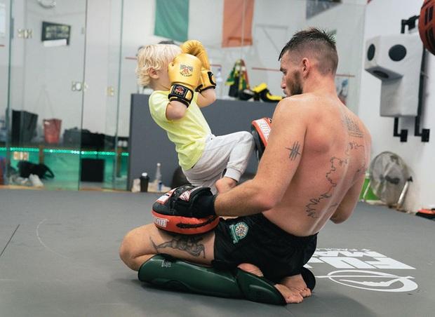 Đăng loạt ảnh lên trang cá nhân có hơn 37 triệu lượt theo dõi, võ sĩ nổi nhất thế giới bị cậu con trai 3 tuổi chiếm trọn spotlight vì quá ngầu - Ảnh 3.