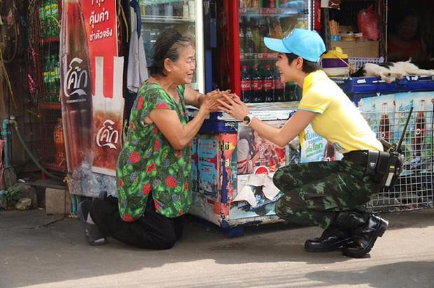 Hoàng quý phi Thái Lan mắt đỏ hoe, rưng rưng khóc khi làm tình nguyện cùng câu chuyện nhỏ cho thấy phẩm chất cao quý gây sốt MXH - Ảnh 2.