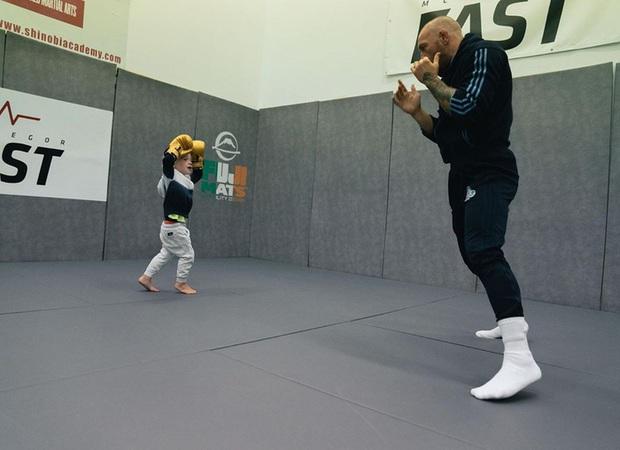 Đăng loạt ảnh lên trang cá nhân có hơn 37 triệu lượt theo dõi, võ sĩ nổi nhất thế giới bị cậu con trai 3 tuổi chiếm trọn spotlight vì quá ngầu - Ảnh 5.